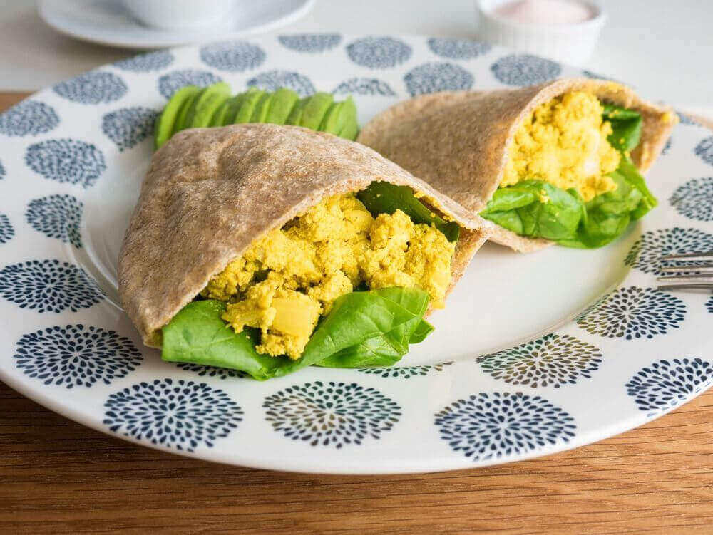 Tofuscramble and spinach filled pittas with avocado