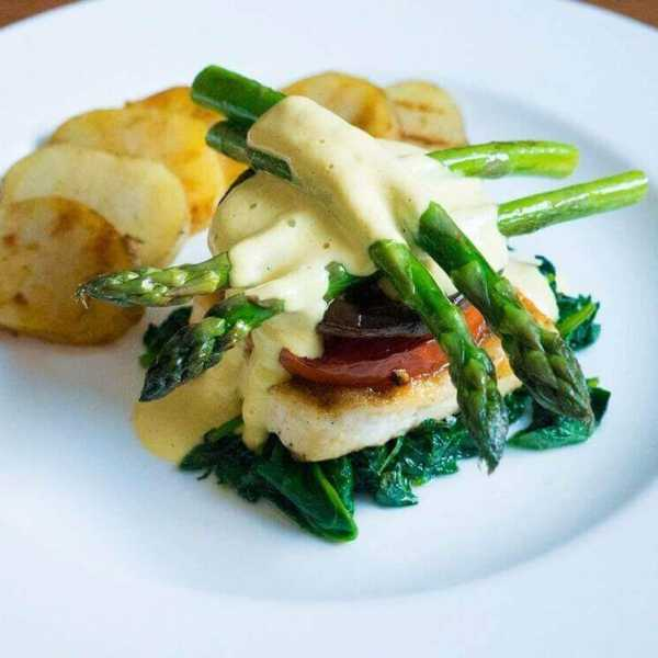 Grilled asparagus with vegan sauce hollandaise