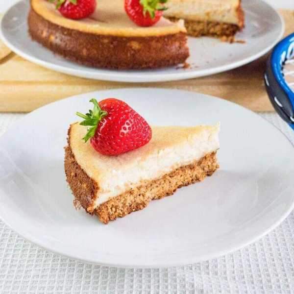 Easy vegan Wimbledon cheese cake with strawberries