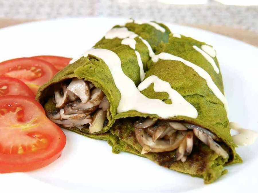 Vegan spinach crepes with tahini dressing