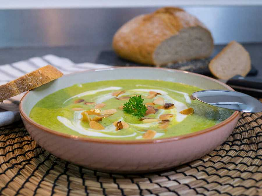 Courgette creme soup with toasted almonds