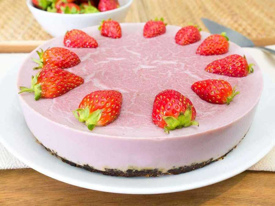 Vegan strawberry cheese cake - gluten-free and high in protein