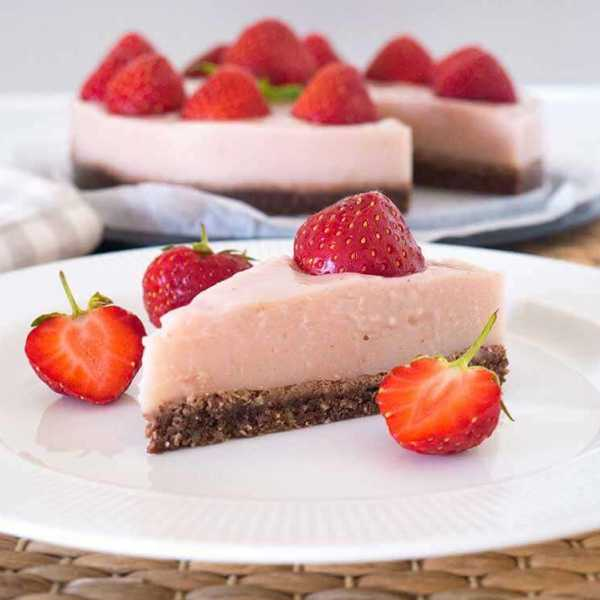 Easy vegan strawberry cheese cake - no bake